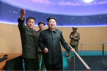 150503 - SK - KIM JONG UN - Marschall KIM JONG UN besuchte die Satellitenkontrollhauptstation - 07 - 경애하는 김정은동지께서 새로 건설한 국가우주개발국 위성관제종합지휘소를 현지지도하시였다