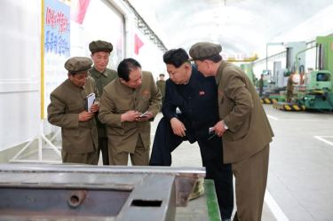 150507 - SK - KIM JONG UN - Marschall KIM JONG UN besuchte das Maschinenwerk Ryongsong - 04 - 경애하는 김정은동지께서 룡성기계련합기업소 2월11일공장을 현지지도하시였다