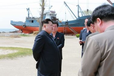 150509 - SK - KIM JONG UN - Marschall KIM JONG UN besichtigte den Vereinigten Betrieb für Hochseefischerei Sinpho - 02 - 경애하는 김정은동지께서 신포원양수산련합기업소를 현지지도하시였다