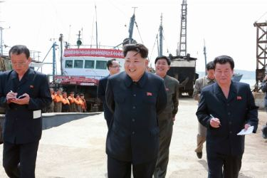 150509 - SK - KIM JONG UN - Marschall KIM JONG UN besichtigte den Vereinigten Betrieb für Hochseefischerei Sinpho - 03 - 경애하는 김정은동지께서 신포원양수산련합기업소를 현지지도하시였다