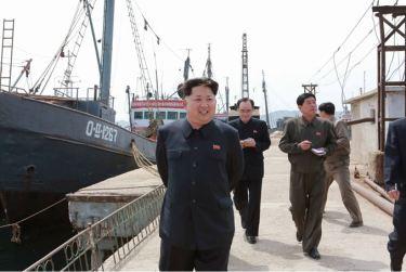 150509 - SK - KIM JONG UN - Marschall KIM JONG UN besichtigte den Vereinigten Betrieb für Hochseefischerei Sinpho - 04 - 경애하는 김정은동지께서 신포원양수산련합기업소를 현지지도하시였다