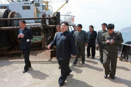 150509 - SK - KIM JONG UN - Marschall KIM JONG UN besichtigte den Vereinigten Betrieb für Hochseefischerei Sinpho - 05 - 경애하는 김정은동지께서 신포원양수산련합기업소를 현지지도하시였다