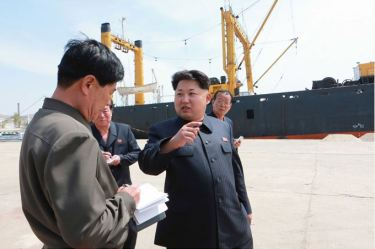 150509 - SK - KIM JONG UN - Marschall KIM JONG UN besichtigte den Vereinigten Betrieb für Hochseefischerei Sinpho - 07 - 경애하는 김정은동지께서 신포원양수산련합기업소를 현지지도하시였다