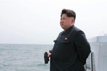 150509 - SK - KIM JONG UN - Marschall KIM JONG UN inspizierte den Unterwassertestabschuss einer Rakete - 01 - 선군조선의 무진막강한 위력의 힘있는 과시, 전략잠수함 탄도탄수중시험발사에서 완전성공