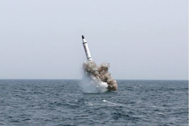 150509 - SK - KIM JONG UN - Marschall KIM JONG UN inspizierte den Unterwassertestabschuss einer Rakete - 02 - 선군조선의 무진막강한 위력의 힘있는 과시, 전략잠수함 탄도탄수중시험발사에서 완전성공