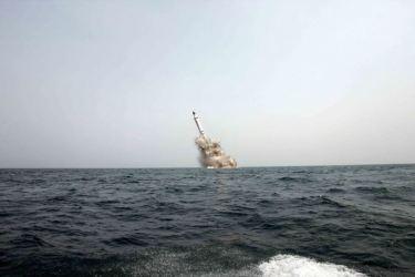 150509 - SK - KIM JONG UN - Marschall KIM JONG UN inspizierte den Unterwassertestabschuss einer Rakete - 03 - 선군조선의 무진막강한 위력의 힘있는 과시, 전략잠수함 탄도탄수중시험발사에서 완전성공