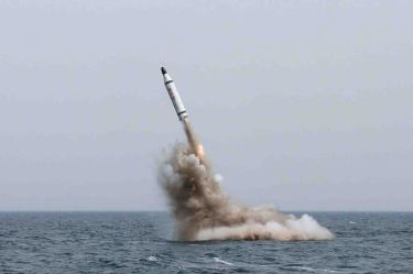 150509 - SK - KIM JONG UN - Marschall KIM JONG UN inspizierte den Unterwassertestabschuss einer Rakete - 04 - 선군조선의 무진막강한 위력의 힘있는 과시, 전략잠수함 탄도탄수중시험발사에서 완전성공