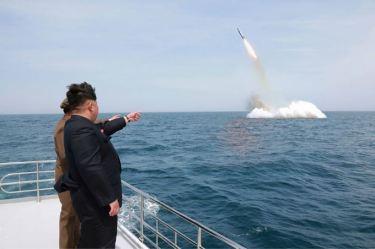 150509 - SK - KIM JONG UN - Marschall KIM JONG UN inspizierte den Unterwassertestabschuss einer Rakete - 05 - 선군조선의 무진막강한 위력의 힘있는 과시, 전략잠수함 탄도탄수중시험발사에서 완전성공
