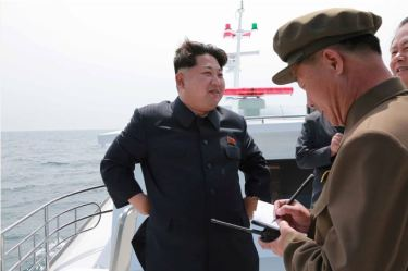 150509 - SK - KIM JONG UN - Marschall KIM JONG UN inspizierte den Unterwassertestabschuss einer Rakete - 07 - 선군조선의 무진막강한 위력의 힘있는 과시, 전략잠수함 탄도탄수중시험발사에서 완전성공