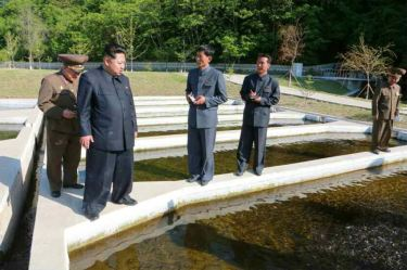 150511 - RS -  KIM JONG UN - Marschall KIM JONG UN besichtigte die Fischzuchtanstalt Anbyon der 580. Truppe der KVA - 06 - 경애하는 김정은동지께서 조선인민군 제580군부대산하 안변양어장을 현지지도하시였다