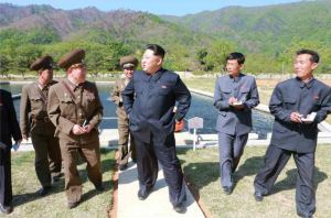 150511 - RS -  KIM JONG UN - Marschall KIM JONG UN besichtigte die Fischzuchtanstalt Anbyon der 580. Truppe der KVA - 09 - 경애하는 김정은동지께서 조선인민군 제580군부대산하 안변양어장을 현지지도하시였다