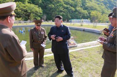150511 - SK -  KIM JONG UN - Marschall KIM JONG UN besichtigte die Fischzuchtanstalt Anbyon der 580. Truppe der KVA - 04 - 경애하는 김정은동지께서 조선인민군 제580군부대산하 안변양어장을 현지지도하시였다
