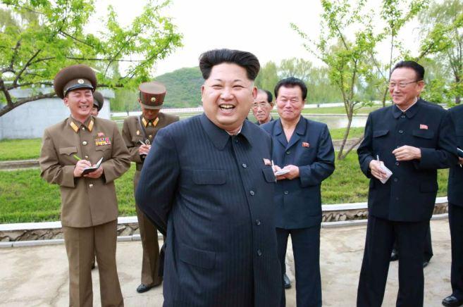 150515 - RS - KIM JONG UN - Marschall KIM JONG UN besichtigte die Fischzuchtanstalt Sinchang, die der 810. Truppe der KVA untersteht - 01 - 경애하는 김정은동지께서 조선인민군 제810군부대산하 신창양어장을 현지지도하시였다