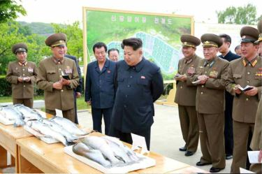 150515 - RS - KIM JONG UN - Marschall KIM JONG UN besichtigte die Fischzuchtanstalt Sinchang, die der 810. Truppe der KVA untersteht - 06 - 경애하는 김정은동지께서 조선인민군 제810군부대산하 신창양어장을 현지지도하시였다