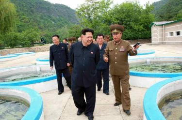 150515 - RS - KIM JONG UN - Marschall KIM JONG UN besichtigte die Fischzuchtanstalt Sinchang, die der 810. Truppe der KVA untersteht - 16 - 경애하는 김정은동지께서 조선인민군 제810군부대산하 신창양어장을 현지지도하시였다