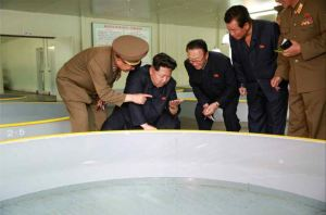 150515 - RS - KIM JONG UN - Marschall KIM JONG UN besichtigte die Fischzuchtanstalt Sinchang, die der 810. Truppe der KVA untersteht - 19 - 경애하는 김정은동지께서 조선인민군 제810군부대산하 신창양어장을 현지지도하시였다