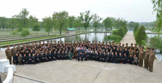 150515 - RS - KIM JONG UN - Marschall KIM JONG UN besichtigte die Fischzuchtanstalt Sinchang, die der 810. Truppe der KVA untersteht - 21 - 경애하는 김정은동지께서 조선인민군 제810군부대산하 신창양어장을 현지지도하시였다