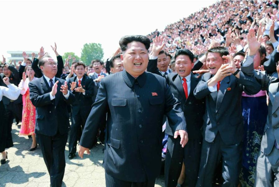 150517 - RS - KIM JONG UN - Marschall KIM JONG UN ließ sich mit den Jugendlichen zum Andenken fotografieren - 01 - 경애하는 김정은동지께서 제2차 전국청년미풍선구자대회 참가자들과 함께 기념사진을 찍으시였다