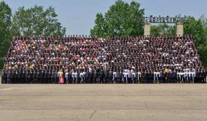 150517 - RS - KIM JONG UN - Marschall KIM JONG UN ließ sich mit den Jugendlichen zum Andenken fotografieren - 02 - 경애하는 김정은동지께서 제2차 전국청년미풍선구자대회 참가자들과 함께 기념사진을 찍으시였다
