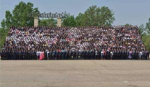 150517 - RS - KIM JONG UN - Marschall KIM JONG UN ließ sich mit den Jugendlichen zum Andenken fotografieren - 03 - 경애하는 김정은동지께서 제2차 전국청년미풍선구자대회 참가자들과 함께 기념사진을 찍으시였다