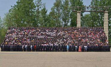 150517 - RS - KIM JONG UN - Marschall KIM JONG UN ließ sich mit den Jugendlichen zum Andenken fotografieren - 05 - 경애하는 김정은동지께서 제2차 전국청년미풍선구자대회 참가자들과 함께 기념사진을 찍으시였다