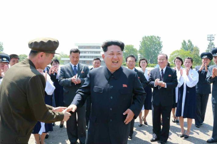 150517 - RS - KIM JONG UN - Marschall KIM JONG UN ließ sich mit den Jugendlichen zum Andenken fotografieren - 07 - 경애하는 김정은동지께서 제2차 전국청년미풍선구자대회 참가자들과 함께 기념사진을 찍으시였다