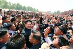 150517 - RS - KIM JONG UN - Marschall KIM JONG UN ließ sich mit den Jugendlichen zum Andenken fotografieren - 08 - 경애하는 김정은동지께서 제2차 전국청년미풍선구자대회 참가자들과 함께 기념사진을 찍으시였다