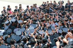 150517 - RS - KIM JONG UN - Marschall KIM JONG UN ließ sich mit den Jugendlichen zum Andenken fotografieren - 09 - 경애하는 김정은동지께서 제2차 전국청년미풍선구자대회 참가자들과 함께 기념사진을 찍으시였다