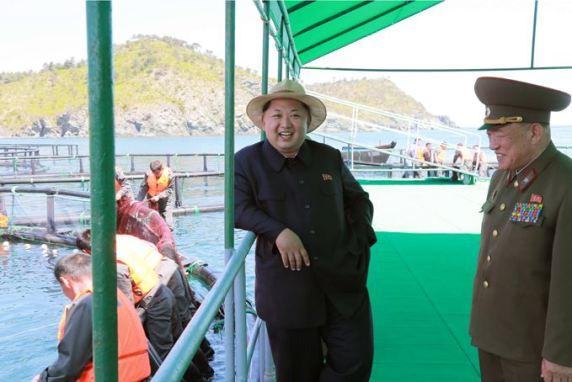 150523 - SK - KIM JONG UN - Marschall KIM JONG UN besichtigte eine Zuchtanstalt für Rassefisch und einen Fischzuchtbetrieb - 23 - 경애하는 김정은동지께서 조선인민군 제810군부대산하 석막대서양연어종어장과 락산바다연어양어사업소를 현지지도하시였다