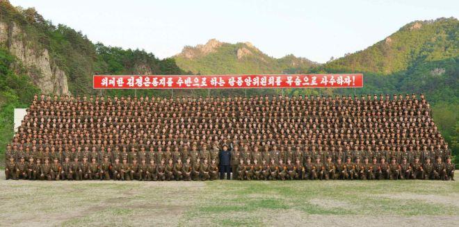 150524 - RS - KIM JONG UN - Marschall KIM JONG UN inspizierte den Kommandostab des Großen 264. Truppenverbandes der KVA - 03 - 조선인민군 최고사령관 김정은동지께서 조선인민군 제264대련합부대 지휘부를 시찰하시였다