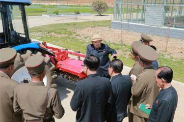150529 - RS - KIM JONG UN - Marschall KIM JONG UN besuchte die von der Volksarmee neu gestaltete komplexe Baumschule - 09 - 경애하는 김정은동지께서 인민군대에서 새로 꾸리고있는 종합양묘장을 현지지도하시였다