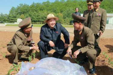 150601 - RS -  KIM JONG UN - Marschall KIM JONG UN besichtigte den Landwirtschaftsbetrieb Nr. 1116 der 810. Truppe der KVA - 02 -경애하는 김정은동지께서 조선인민군 제810군부대산하 1116호농장을 현지지도하시였다