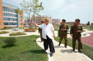 150602 - RS - KIM JONG UN - Genosse KIM JONG UN besuchte die Kinderkrippe und den Kindergarten für Waisen Wonsan vor deren Einweihung - 03 - 경애하는 김정은동지께서 준공식을 앞둔 원산육아원, 애육원을 현지지도하시였다