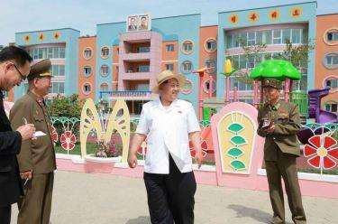 150602 - RS - KIM JONG UN - Genosse KIM JONG UN besuchte die Kinderkrippe und den Kindergarten für Waisen Wonsan vor deren Einweihung - 08 - 경애하는 김정은동지께서 준공식을 앞둔 원산육아원, 애육원을 현지지도하시였다