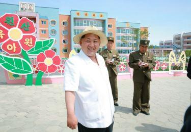 150602 - SK - KIM JONG UN - Genosse KIM JONG UN besuchte die Kinderkrippe und den Kindergarten für Waisen Wonsan vor deren Einweihung - 01 - 경애하는 김정은동지께서 준공식을 앞둔 원산육아원, 애육원을 현지지도하시였다