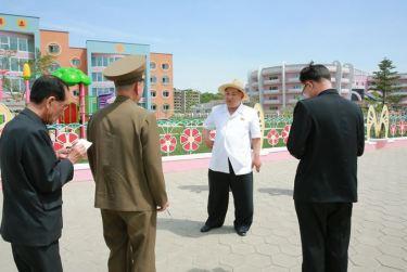 150602 - SK - KIM JONG UN - Genosse KIM JONG UN besuchte die Kinderkrippe und den Kindergarten für Waisen Wonsan vor deren Einweihung - 04 - 경애하는 김정은동지께서 준공식을 앞둔 원산육아원, 애육원을 현지지도하시였다