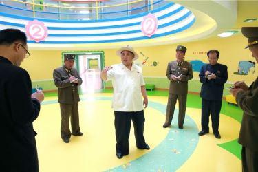 150602 - SK - KIM JONG UN - Genosse KIM JONG UN besuchte die Kinderkrippe und den Kindergarten für Waisen Wonsan vor deren Einweihung - 05 - 경애하는 김정은동지께서 준공식을 앞둔 원산육아원, 애육원을 현지지도하시였다