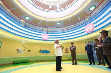 150602 - SK - KIM JONG UN - Genosse KIM JONG UN besuchte die Kinderkrippe und den Kindergarten für Waisen Wonsan vor deren Einweihung - 06 - 경애하는 김정은동지께서 준공식을 앞둔 원산육아원, 애육원을 현지지도하시였다