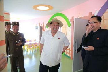 150602 - SK - KIM JONG UN - Genosse KIM JONG UN besuchte die Kinderkrippe und den Kindergarten für Waisen Wonsan vor deren Einweihung - 09 - 경애하는 김정은동지께서 준공식을 앞둔 원산육아원, 애육원을 현지지도하시였다