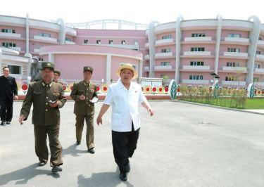 150602 - SK - KIM JONG UN - Genosse KIM JONG UN besuchte die Kinderkrippe und den Kindergarten für Waisen Wonsan vor deren Einweihung - 11 - 경애하는 김정은동지께서 준공식을 앞둔 원산육아원, 애육원을 현지지도하시였다