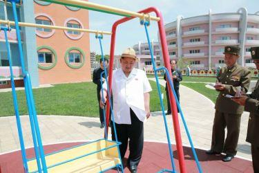 150602 - SK - KIM JONG UN - Genosse KIM JONG UN besuchte die Kinderkrippe und den Kindergarten für Waisen Wonsan vor deren Einweihung - 13 - 경애하는 김정은동지께서 준공식을 앞둔 원산육아원, 애육원을 현지지도하시였다