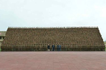 150603 - RS - KIM JONG UN - Marschall KIM JONG UN ließ sich mit den baubeteiligten Armeeangehörigen zur Erinnerung fotografieren - 07 - 조선인민군 최고사령관 김정은동지께서 원산육아원, 애육원건설에서 로력적위훈을 세운 군인건설자들과 함께 기념사진을 찍으시였다