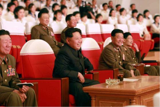 150615 - RS - KIM JONG UN - Genosse KIM JONG UN sah sich die Aufführungen der Angehörigen der Koreanischen Volksarmee an - 01 - 경애하는 최고사령관 김정은동지께서 조선인민군 제2차 군단예술선전대경연에 당선된 예술선전대들의 공연을 관람하시였다