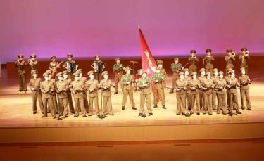 150615 - RS - KIM JONG UN - Genosse KIM JONG UN sah sich die Aufführungen der Angehörigen der Koreanischen Volksarmee an - 03 - 경애하는 최고사령관 김정은동지께서 조선인민군 제2차 군단예술선전대경연에 당선된 예술선전대들의 공연을 관람하시였다