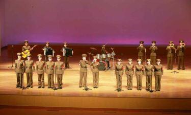 150615 - RS - KIM JONG UN - Genosse KIM JONG UN sah sich die Aufführungen der Angehörigen der Koreanischen Volksarmee an - 05 - 경애하는 최고사령관 김정은동지께서 조선인민군 제2차 군단예술선전대경연에 당선된 예술선전대들의 공연을 관람하시였다