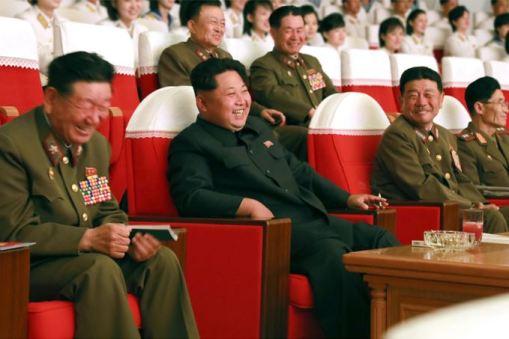 150615 - SK - KIM JONG UN - Genosse KIM JONG UN sah sich die Aufführungen der Angehörigen der Koreanischen Volksarmee an - 04 - 경애하는 최고사령관 김정은동지께서 조선인민군 제2차 군단예술선전대경연에 당선된 예술선전대들의 공연을 관람하시였다
