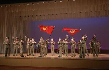 150615 - SK - KIM JONG UN - Genosse KIM JONG UN sah sich die Aufführungen der Angehörigen der Koreanischen Volksarmee an - 05 - 경애하는 최고사령관 김정은동지께서 조선인민군 제2차 군단예술선전대경연에 당선된 예술선전대들의 공연을 관람하시였다