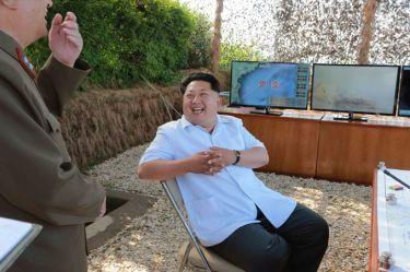 150615 - SK - KIM JONG UN - Marschall KIM JONG UN wohnte einer Übung zum Start der neuen Seezielraketen bei - 03 - 조선인민군 최고사령관 김정은동지께서 조선인민군 해군부대들에 실전배비되는 신형반함선로케트발사훈련을 보시였다