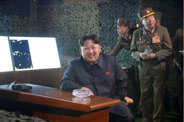 150616 - SK - KIM JONG UN - Marschall KIM JONG UN sah sich eine Nachtübung der Kriegsschiffe und der Artillerie zum Feuerschlag gegen Ziele auf dem Meer an - 02 - 조선인민군 최고사령관 김정은동지께서 해군함선구분대와 지상포병구분대들의 야간해상화력타격연습을 보시였다