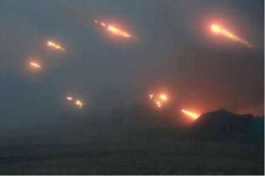 150616 - SK - KIM JONG UN - Marschall KIM JONG UN sah sich eine Nachtübung der Kriegsschiffe und der Artillerie zum Feuerschlag gegen Ziele auf dem Meer an - 03 - 조선인민군 최고사령관 김정은동지께서 해군함선구분대와 지상포병구분대들의 야간해상화력타격연습을 보시였다